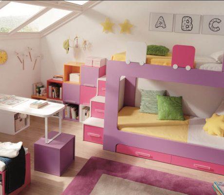 Habitació amb llitera doble en tons liles