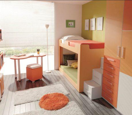 Habitació amb llitera i tons taronja