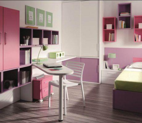 Habitació infantil en tonalitats liles i roses