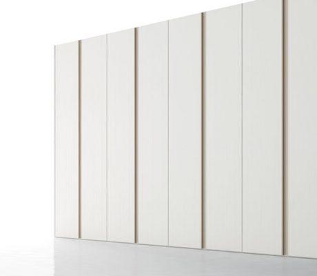 Armari amb portes batents de color blanc