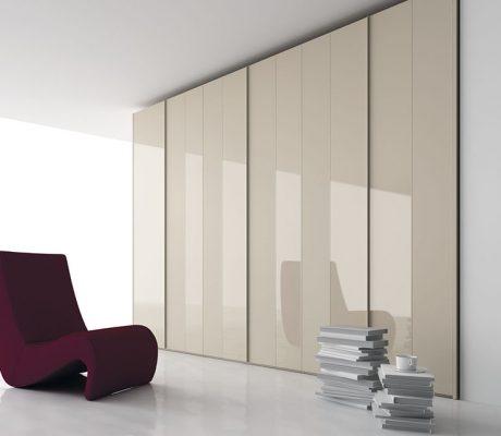 Armario con puertas correderas de color marrón
