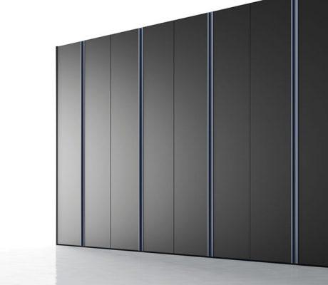Armario con puertas batientes de color negro